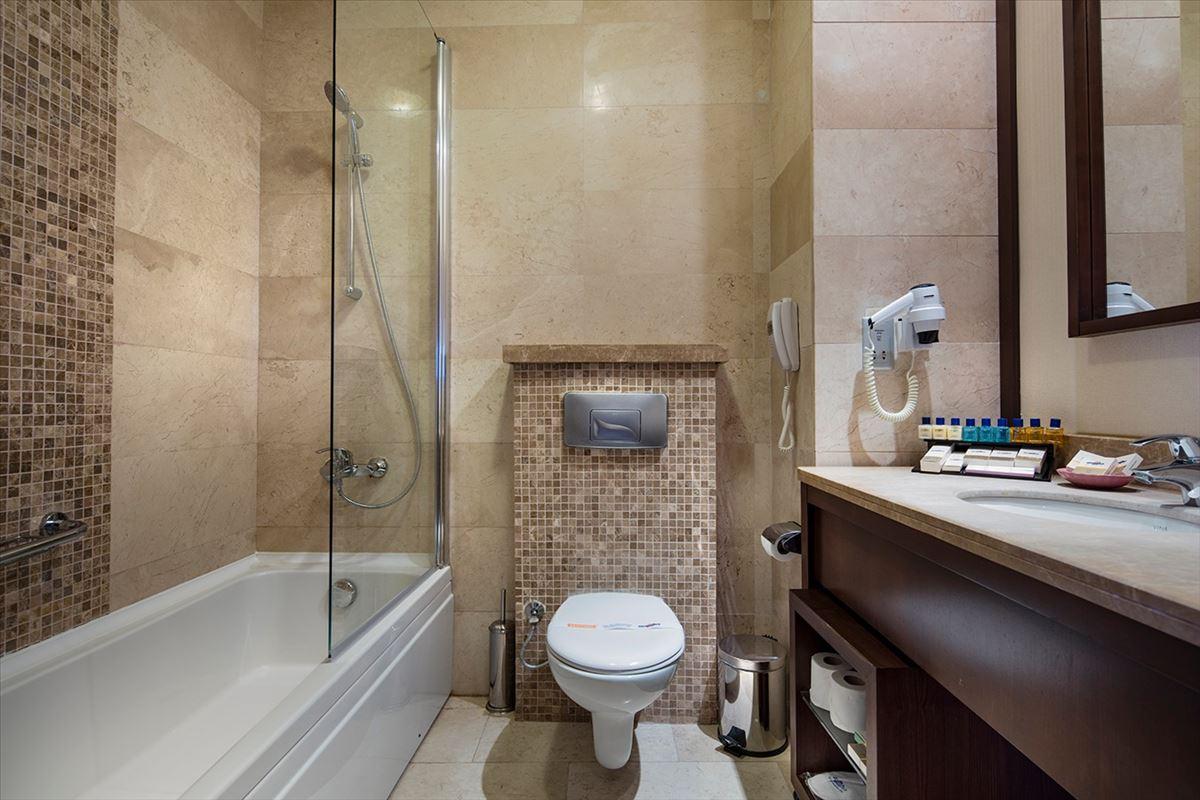 Otel Kara Manzaralı Oda Banyo